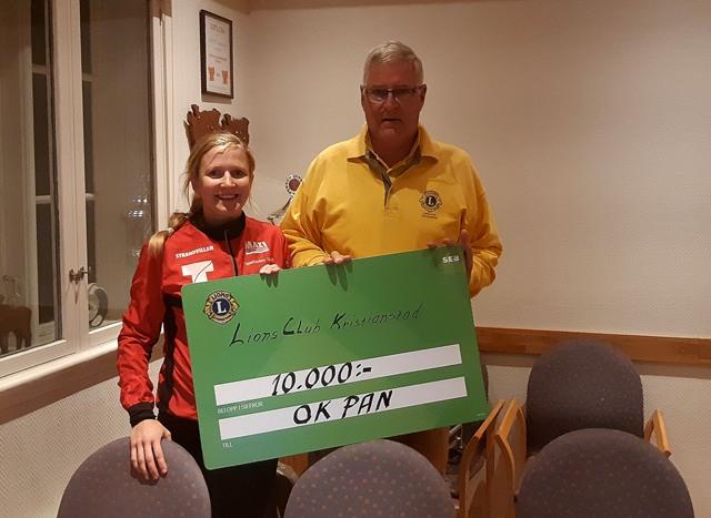 Krister Andersson, Lions Club Kristianstad, överlämnar ett stipende på 10 000 kronor till OK Pans ungdomsverksamhet.
