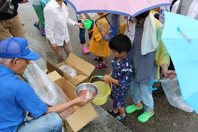 金魚の放流せず直接子供たちに配る主催者