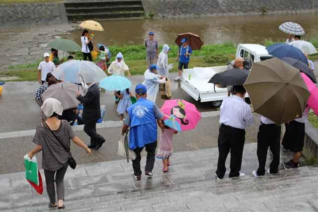 雨にもかかわらず集まった子供とその家族