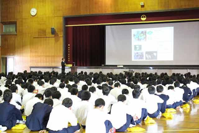 1年生420名の生徒が真剣な眼差しで講義を受けました