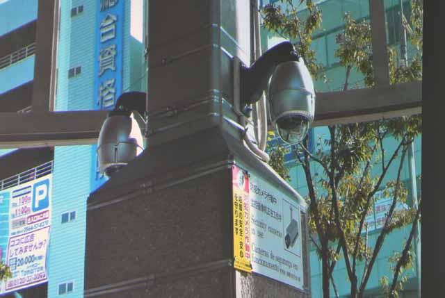 柱を背に向い合せにし防水カバーに納まるカメラを2台設置