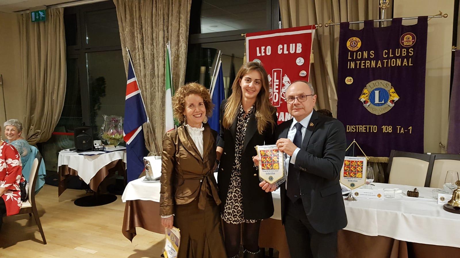 Visita del governatore Davide D'Eliseo  al Leo Club. (9 ottobre 2018) Omaggio del guidoncino del governatore alla presidente Sofia Manara.