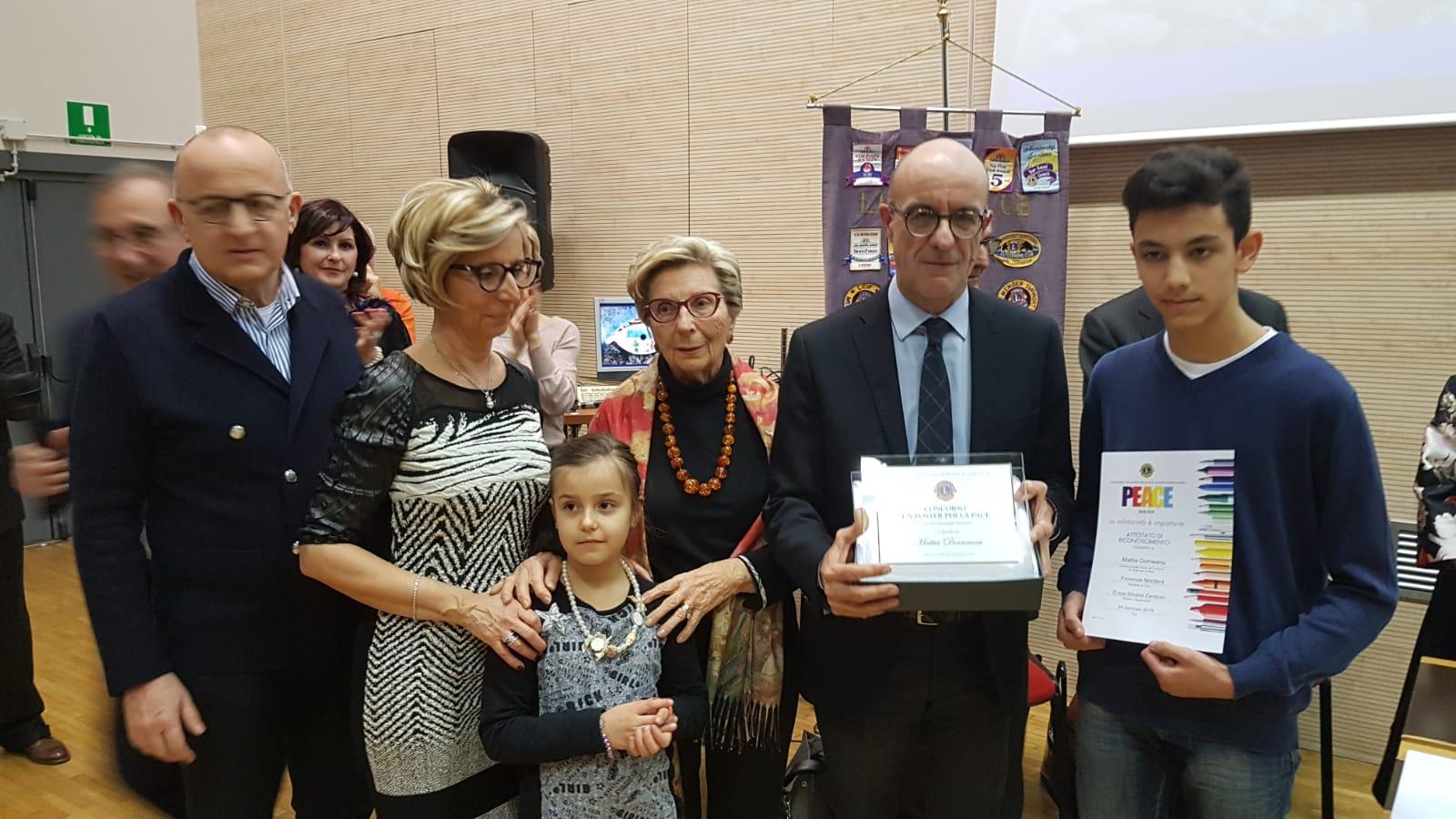 Il vincitore del 2° preio Distrettuale Ex equo Mattia Dorneanu riceve la targa del Memorial Gianangelo Benvenuti da parte della famiglia del nostro amatissimo socio.