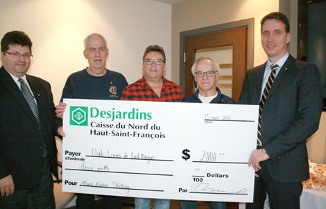La Caisse du Nord du Haut-Saint-François, Desjardins Sécurité financière avec la participation des employés et du Club Lions d'East Angus remettent un chèque de 2 000 $ à Marc-André Skelling, pour l'aider dans sa lutte contre la maladie de Hodgkin.
