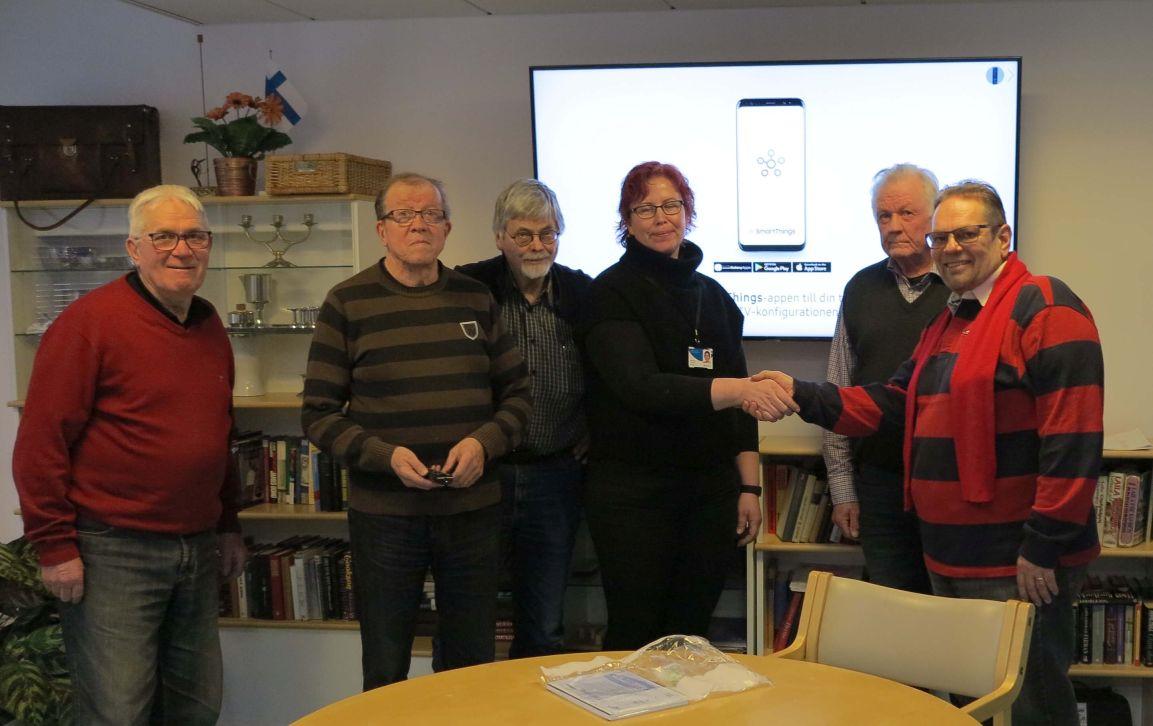 LC Kaarina lahjoittu ja asensi Kaarinan Terveyskeskukseen uuden television helmikuussa 2019.