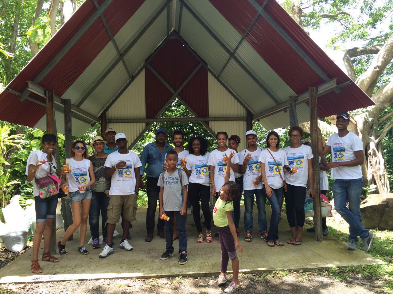 Gilles avec les jeunes du Camp de jeunes Aimé Juston 972