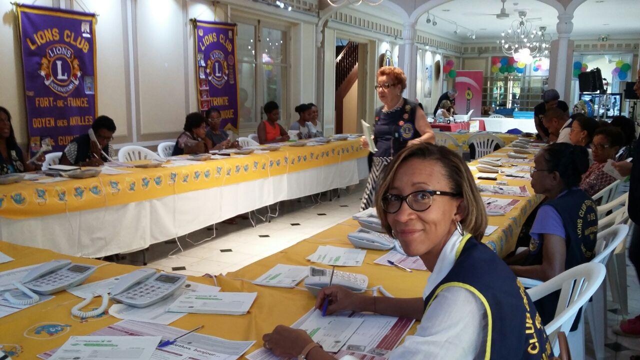 Chantal participe au centre d'appel du Téléthon, tenu par les Lions de la zone