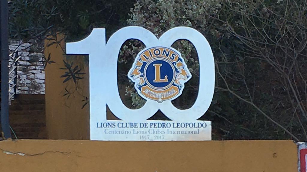 Instalação da Placa Alusiva ao Centenário de Lions Clubes Internacional na entrada da Sede do Lions Clube de Pedro Leopoldo. #lions100