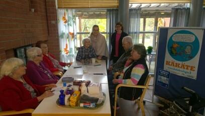 Kuvassa vasemmalta Aili, Aili, Salli, Impi (Bingon pyörittäjä), Merja Niemi, Merja Evala, Sakari ja Sirkka