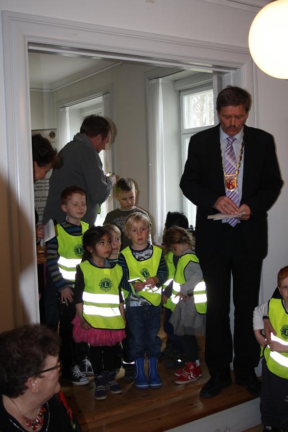 Vid LC Glostrups 50-årsjubileum fick Glostrups borgmästare en gåva i form av varselvästar för förskolan.