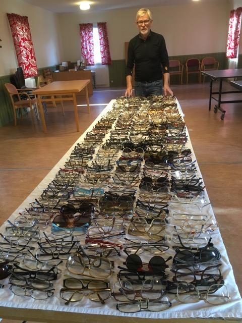 400 par glasögon skänkta av givmilda Ältabor, insamlade på Älta Bibliotek, nu tvättade, packade fvb via
