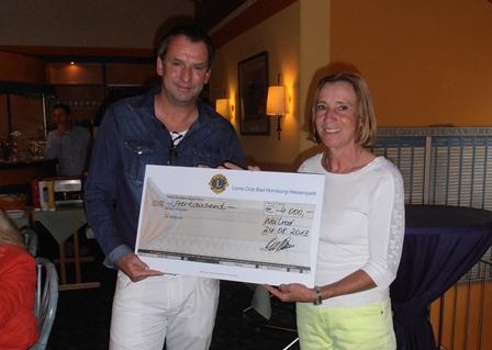Die ehemalige Weltklasse-Fechterin Cornelia Hanisch nimmt für die Kinderhilfe Organtransplantation (KiO) den Spenden-Scheck über 10.000,00 EUR entgegen