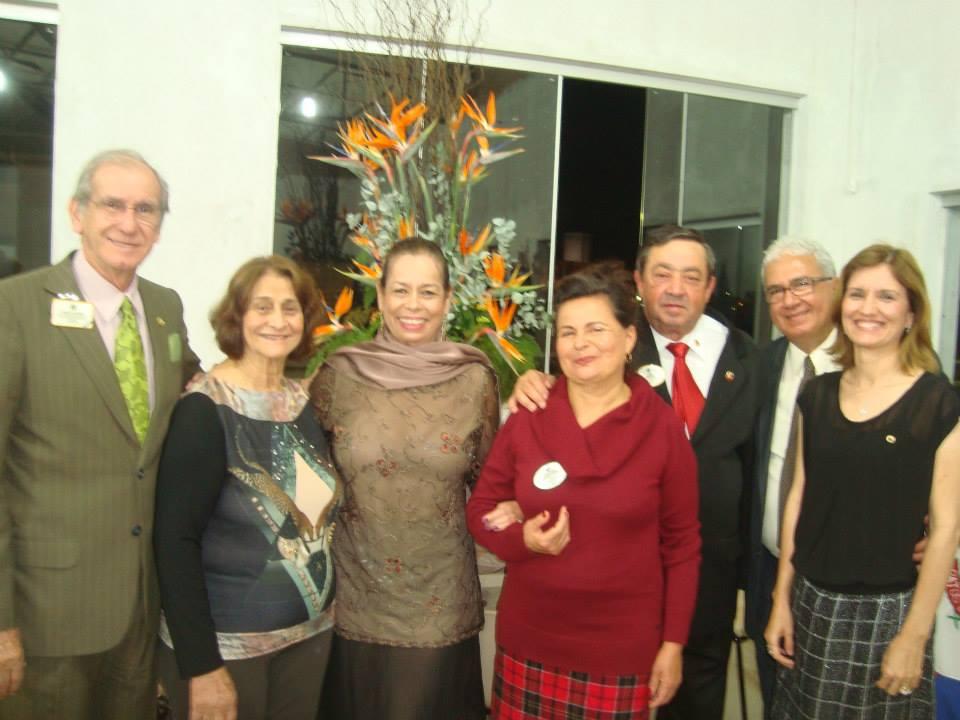 Da esquerda para a direita - CL Whady Lacerda (ex-diretor de Lions Clube Internacional), CaL Vera Arantes, CaL Marly, CaL Telma (esposa do governador), CL Cesar (governador), CL José Wilson e CaL Liliane.