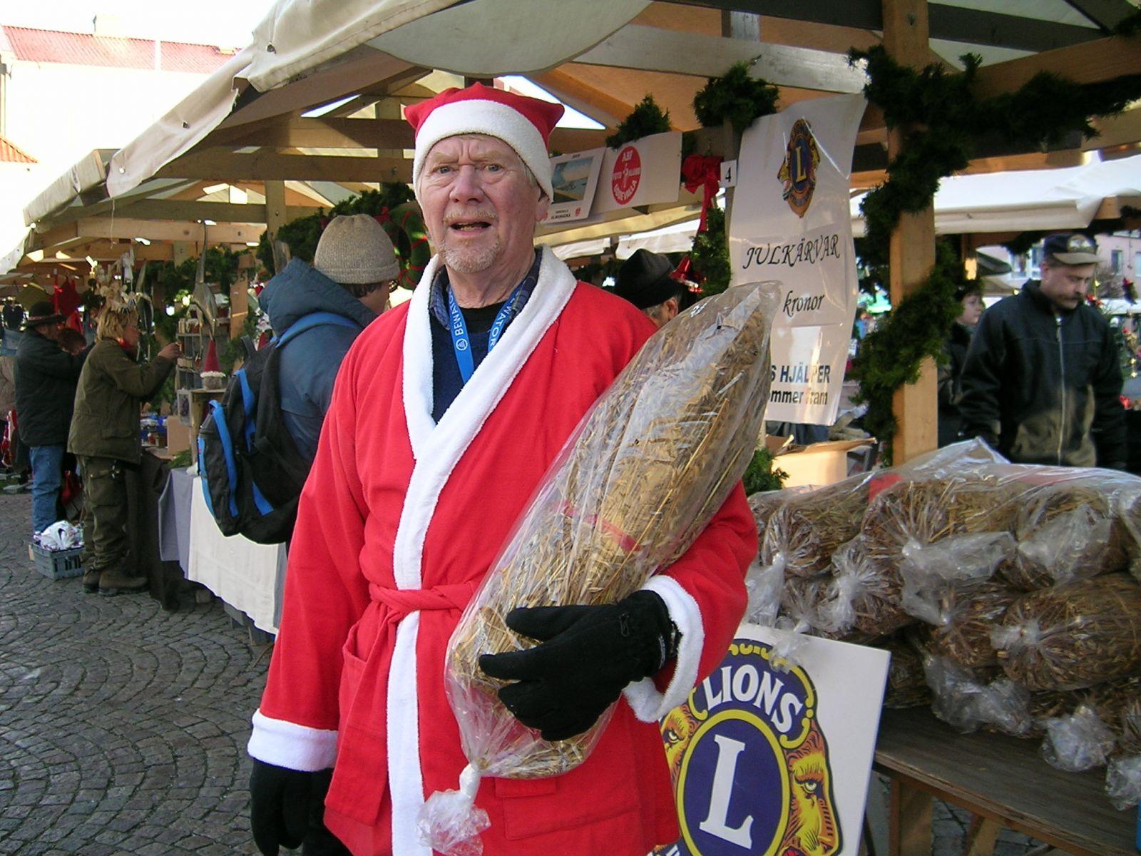 Rune Ericson säljer kärvar vid gammaldags jul