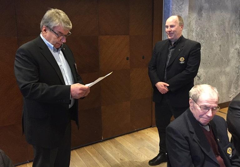 Past president Ilpo Sairanen luovuttaa lion Kari Pinnolalle merkin 20-vuotisesta jäsenyydestä.