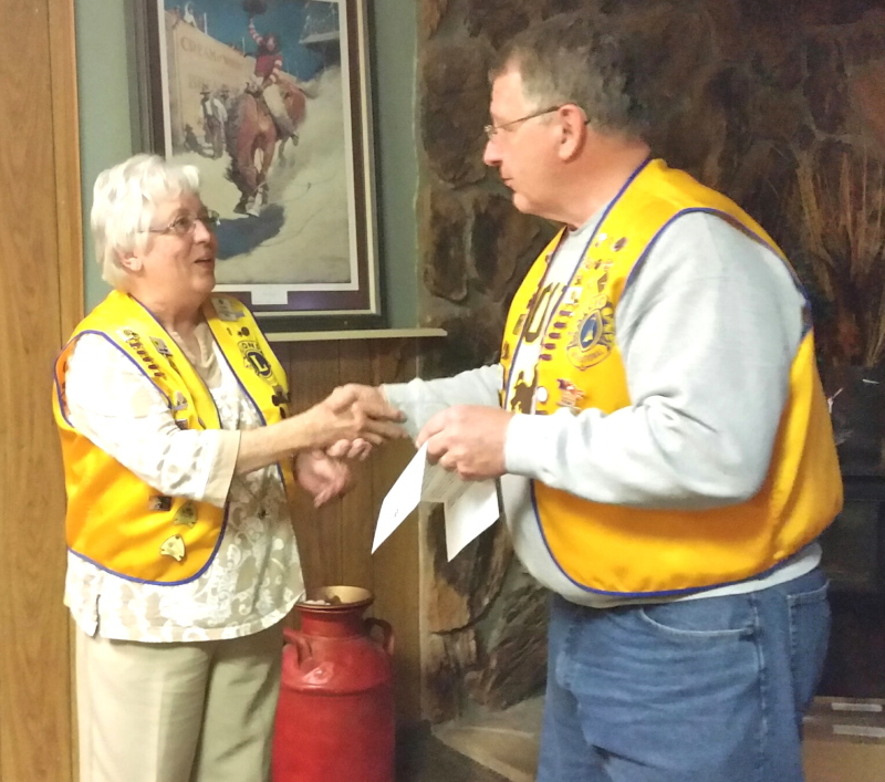 President-elect Diane Lyons receives a Membership Key from President Gary Roadifer for recruiting new members.